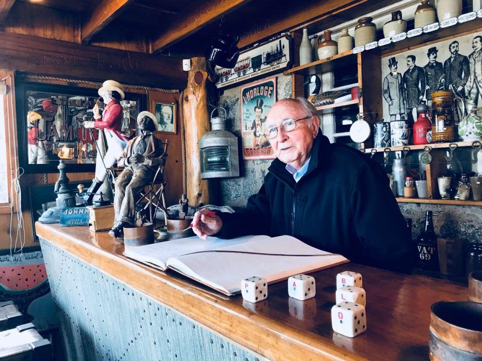 Firmando en el libro de honor de Isla Negra